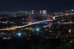 城市光和夜视图在伊斯坦布尔,土耳其上 7月15日迫害桥梁- Bosphorus brid 库存图片