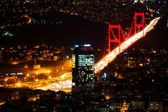 城市光和夜视图在伊斯坦布尔,土耳其上 Bosphorus brid 免版税图库摄影