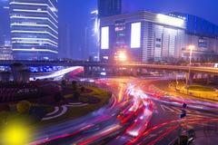 城市光和红绿灯在现代新的上海financal d 库存图片