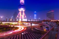 城市光和红绿灯在现代新的上海financal d 免版税库存图片