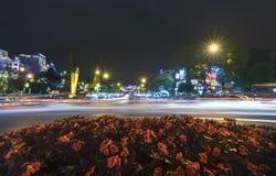 城市光在与淡色的汽车条纹的晚上保留秀丽 免版税图库摄影
