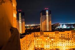 城市光在晚上 E 被停泊的晚上端口船视图 库存照片