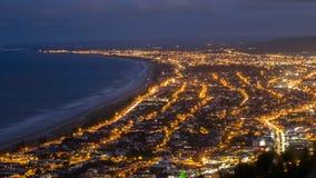 城市光夜景在陶朗阿,新西兰 库存照片