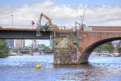 城市克里姆林宫横向晚上被反射的河 法兰克福 桥梁的修理在的 库存图片