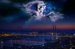 城市克里姆林宫横向晚上被反射的河 免版税库存照片