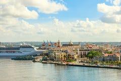 城市全景和大游轮在哈瓦那港靠了码头  图库摄影