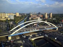 城市全景-有河和桥梁的 库存图片