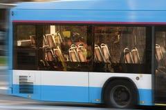 城市公共汽车在荷兰 免版税库存图片