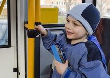 城市公共汽车的孩子 库存图片