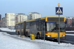 城市公共汽车默西迪丝在冬天晚上停止 免版税库存照片