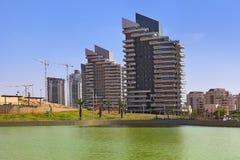 城市公园和现代大厦。 库存照片