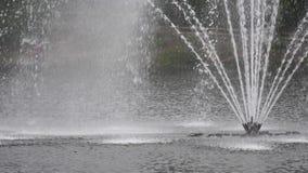 城市公园喷泉喷气机的慢动作 股票录像