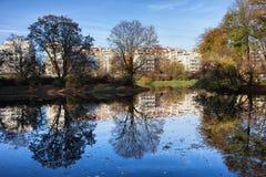 城市公园在与反射的秋天在水 图库摄影