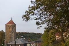 城市公园在与巨大的塔秋天印象leav的10月月 库存照片