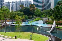 城市公园在有儿童游泳的吉隆坡马来西亚 库存图片