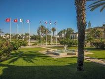 城市公园在有棕榈树和旗子的突尼斯 免版税图库摄影