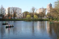 城市公园彼得斯堡俄国春天st 免版税库存图片