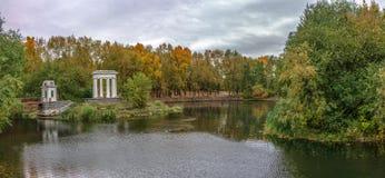 城市公园池塘在早期的秋天 图库摄影