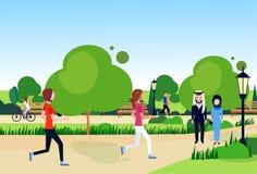 城市公园混合种族阿拉伯夫妇走平展放松长木凳街灯绿色草坪树模板背景 向量例证