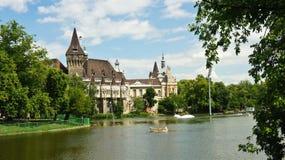 城市公园风景看法布达佩斯和Vajdahunyad城堡的,匈牙利 免版税库存照片