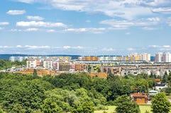 城市公寓单元在绿色郊区 免版税库存图片