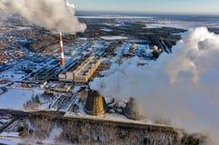 城市冬天季节的能源厂 秋明州 俄国 库存照片