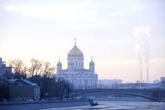 城市冬天晚上河寺庙早晨烟天空自然建筑学 免版税图库摄影