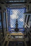城市几何,从里面的一个看法自从围场的天空 砖房子的四闭合值的墙壁,天空的正方形 现代和 免版税图库摄影