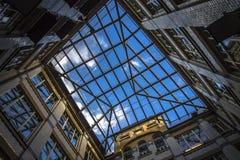 城市几何,从里面的一个看法自从围场的天空 砖房子的四闭合值的墙壁,天空的正方形 现代和 库存图片