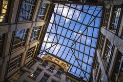 城市几何,从里面的一个看法自从围场的天空 砖房子的四闭合值的墙壁,天空的正方形 现代和 免版税库存图片