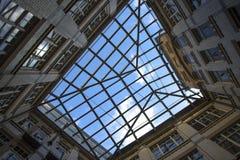 城市几何,从里面的一个看法自从围场的天空 砖房子的四闭合值的墙壁,天空的正方形 现代和 免版税库存照片