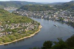 城市博帕尔德和河莱茵河的鸟瞰图 免版税库存图片