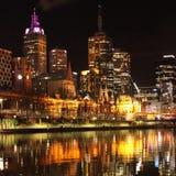 城市反射在晚上 免版税库存图片