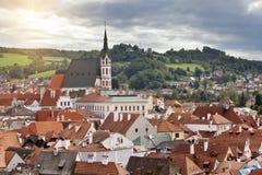 城市和历史的城堡全景在捷克克鲁姆洛夫 cesky捷克krumlov中世纪老共和国城镇视图 免版税库存图片