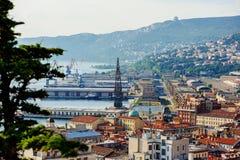 城市和口岸视图在晴天在的里雅斯特,意大利 免版税图库摄影