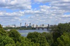 城市和天空的一个大美好的城市视图的全景 免版税库存照片