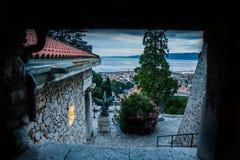 城市和教会看法从城堡Trsat与海在背景中 库存图片