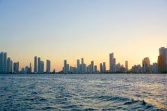 城市和海的海岸线的全景有天空蔚蓝的与有些小船或船 库存图片