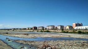 城市和清楚的蓝天和河 库存照片