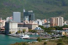 城市和游艇俱乐部与停车场 路易斯・毛里求斯端口 免版税库存照片