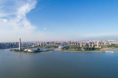 城市和湖 免版税库存图片