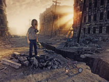 城市和男孩的废墟 库存图片