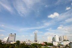 城市和美丽的天空和云彩 库存图片