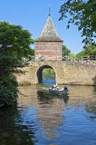 城市和水闸Oude Gouwsboom在恩克赫伊森 免版税库存照片