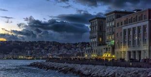 城市和embankm的夜视图 图库摄影