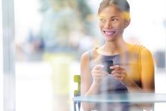 城市咖啡馆生活方式智能手机的女商人 免版税图库摄影