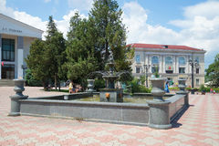 城市喷泉的看法在正方形的在戏曲剧院附近 刻赤,克里米亚 免版税图库摄影