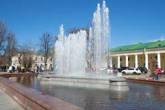 城市喷泉的看法在Gostiny Dvor附近的在一个晴朗的劳动节 Kronstadt 库存图片