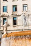 城市喷泉的看法,巴塞罗那,西班牙 复制文本的空间 垂直 免版税库存照片