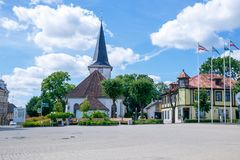 城市图库姆斯,拉脱维亚 老市中心和教会拉脱维亚的 它` s 库存图片